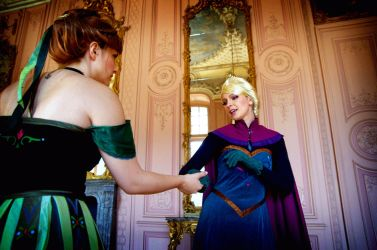 Anna, let go! - Frozen Cosplay shooting by Eressea-sama