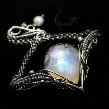LINTYIEERH -silver , moonstone and pearl(bracelet) by LUNARIEEN