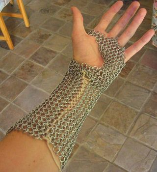 Chainmaille Gauntlet v2 by Anklyne