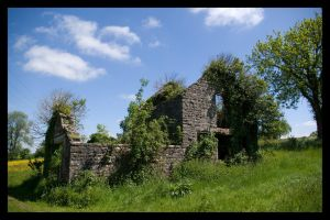 Old Wells Road - Abandoned farm building by korenwolf