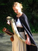 Medieval Lady + drinking horn by cornum