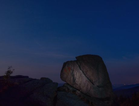svingy rocks at night by Elly0001