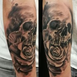 Yet another skullrose tattoo by tuomaskoivurinne