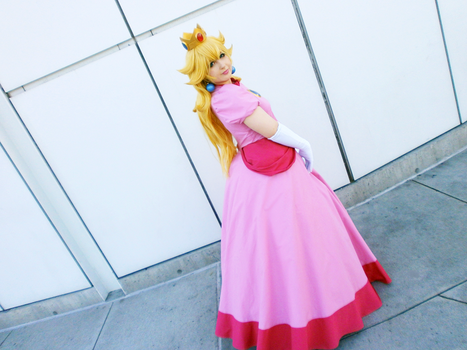 Princess Peach at AX16 by Viveeh