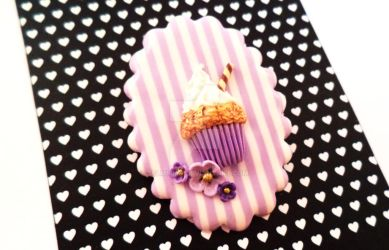 Cupcake Brooch with Flowers by Selmmma