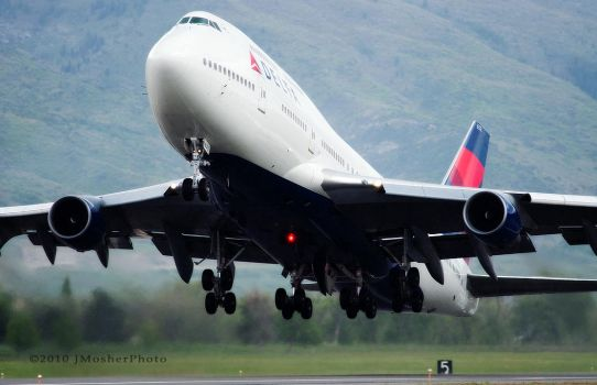 Delta Airlines 747 by jdmimages
