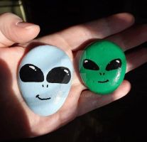 Alien painted rocks by Batnamz