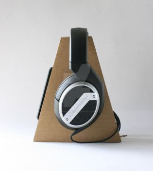cardboard headphone stand  01 by kris-burgos