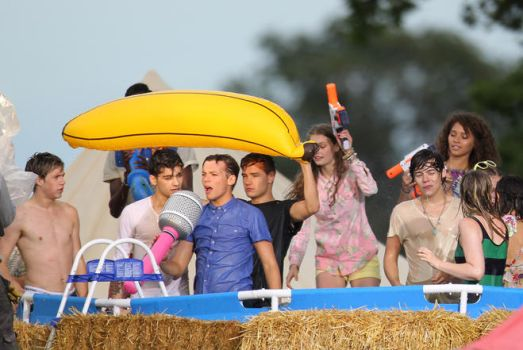 One Direction Live While We're Young by AstridMalik