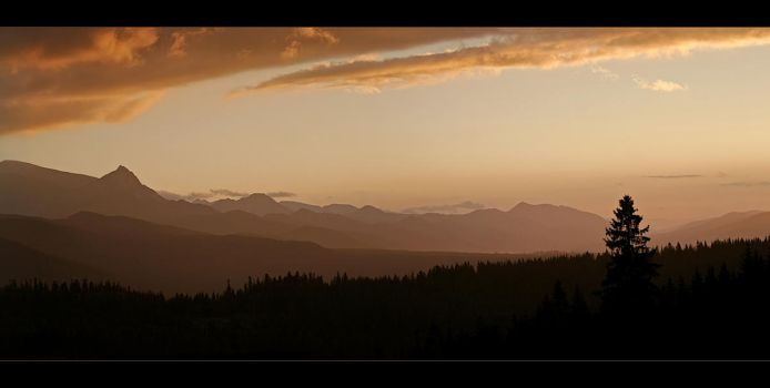 Sunsetting over Tatras by licaeon