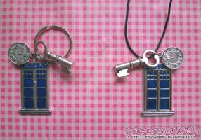 Pendant: *TARDIS L* by FiyahKitteh
