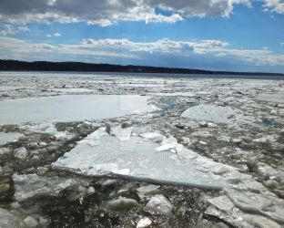 Ice Flowing Down the Hudson River by foxvox