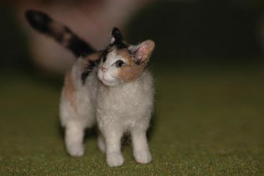 Dollhouse miniature-Calico cat felted sculpture by carine-cote