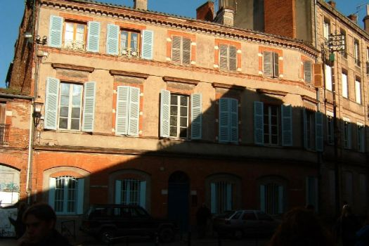 a shadow in toulouse, france by TuNages