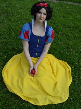 Holding the poisoned apple [Snow White cosplay] by tutti-chan