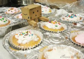 Day 012: Danbo Sees Cupcakes by twong314