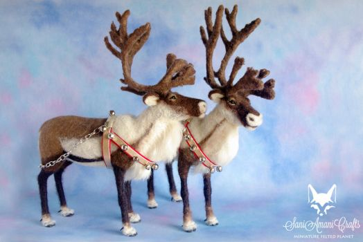 Pair of needle felted reindeers in Christmas tacks by SaniAmaniCrafts