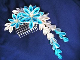 Blue and ecru dahlia on comb by elblack