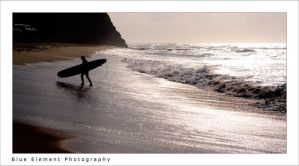 Silhouette of a surfer by raenbow