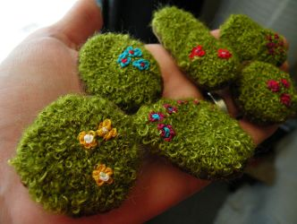 moss brooches by amubleu