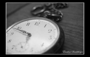 Ticking clock by EmelinaS
