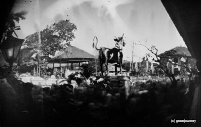 :pinhole: Crowded of Ngaben by gogon