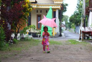 children bring an umbrella by andhikazanuar