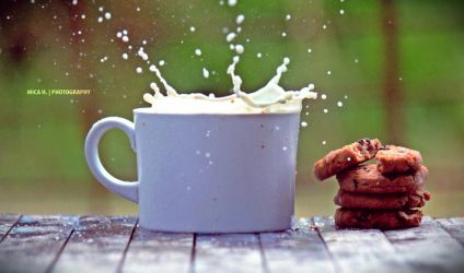 milk explosion and cookies by MicaHabito
