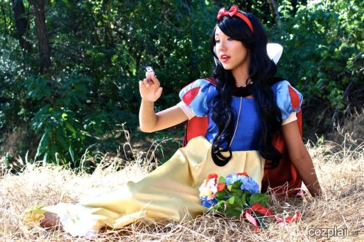 Snow White by CozplaiSensei