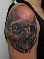 skull tattoo on shoulder by graynd