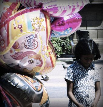 child and balloons by rrapio