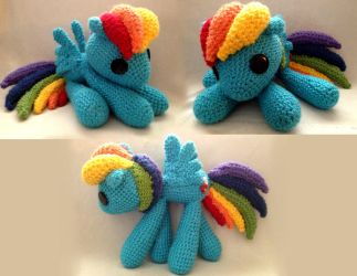Crocheted Rainbowdash by RayHiwatari