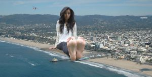 Giantess at Santa Monica Pier by lowerrider