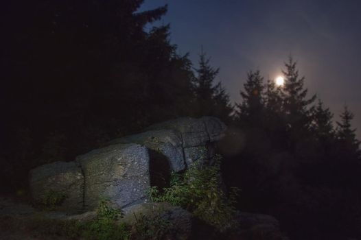 svingy rocks at night 2 by Elly0001