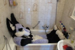 This bathtub is too small for me by zuzufur