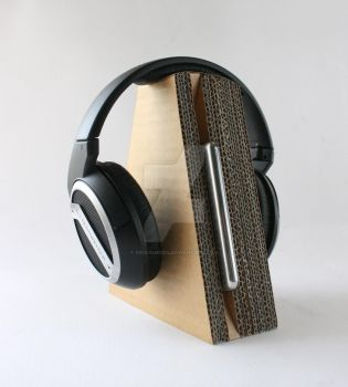 cardboard headphone stand 02 by kris-burgos