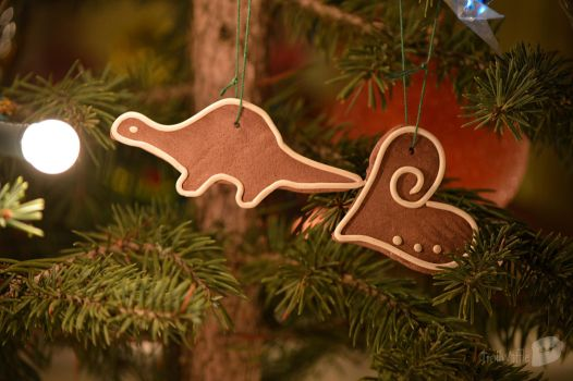 Gingerbread Dino and Heart (Polymer clay) by trollwaffle