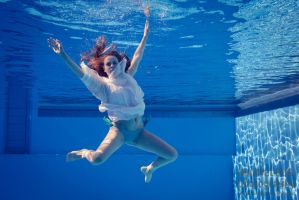 Hannah Underwater by larrymarvelous by larrymarvelous