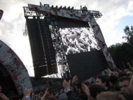 Vintage Trouble stage dive by MelkeinHallittuKaaos