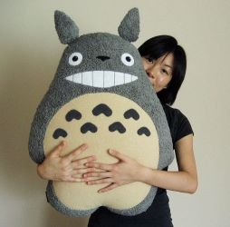 Totoro Pillow by melkatsa