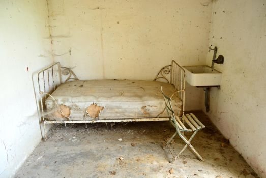 STOCK ruined bed by Lamollesse