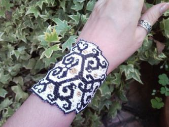 Celtic signs - peyote bracelet by FiabeDiFate