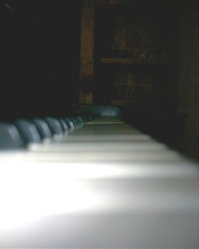 Beeing on a piano by dantealighieri