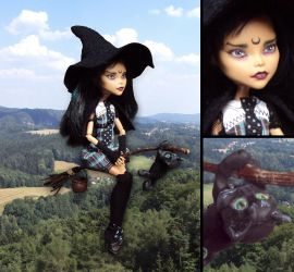 Flying witch - Monster High Cleo de Nile custom by fuchskauz