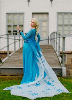 Elsa Frozen Cosplay by Sui-Illumini