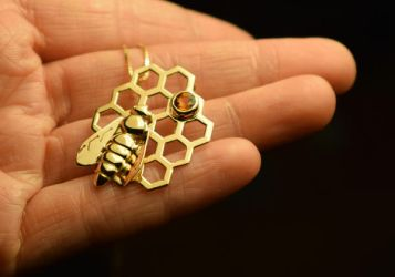 Bee pendant in gold by fairyfrog