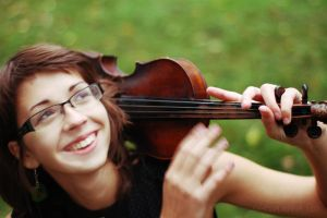smiling girl and her violin by MotyPest