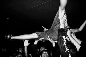Stage Diving by yaszin