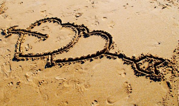 Love in the Sand by ApplePo3
