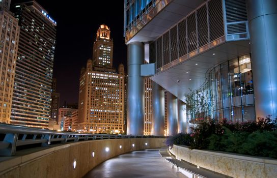 Chicago at night, Trump Tower by dx